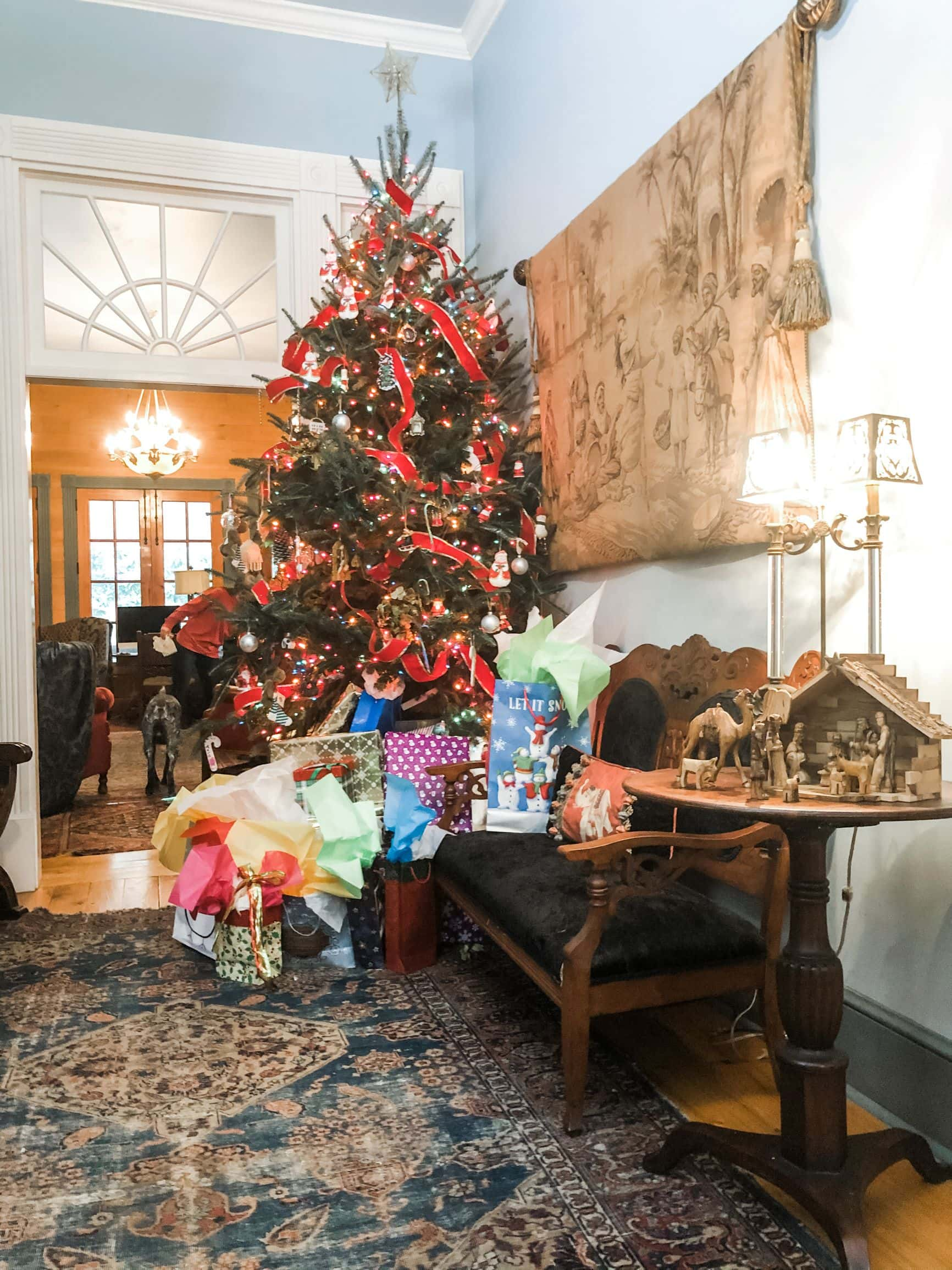"Picture of a fully decorated Christmas tree in Stacy Lyn Harris's home, from her blog ""Perfect Christmas Gifts for the Special Men in your life"""
